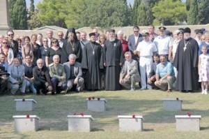 группа у могильных плит
