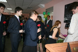школьники возлагают цветы