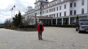 Александр Портнягин перед гостиницей ВЕНТВОРТ, где в 1905 г. был подписан Договор о перемии между Россией и Японией.