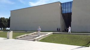 Канский мемориал  рассказывает о высадки союзных войск в Нормандии. Город Кан, 236 км  на северо-запад от Парижа.