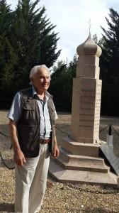 Обелиск напротив русского военного кладбища под Мурмелоном со словами  «Дети Франции! ...  вспомните о ваших русских б
