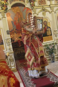 митрополит Вениамин с иконой Государя
